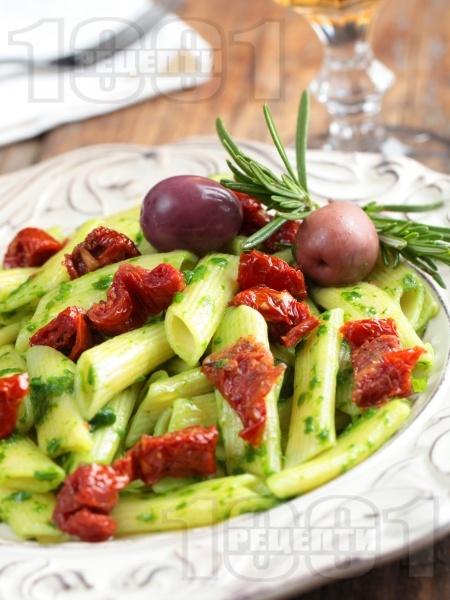 Италианска паста пене с босилеково песто и мариновани сушени домати - снимка на рецептата